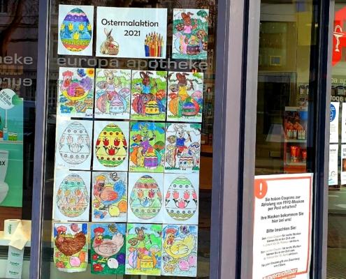 Kunstwerke unserer kleinsten Kunden im Schaufenster